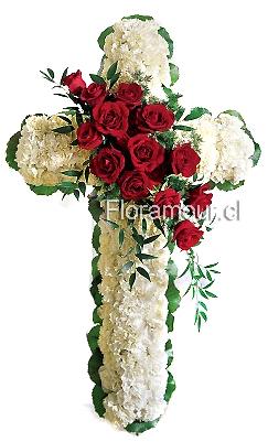 Cruz blanca con rosas centrales para condolencias y funerales